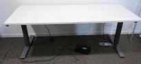 Skrivebord med elektrisk hevsenk fra Martela i hvitt / mørk grå, 180x80cm, brukt understell med ny plate