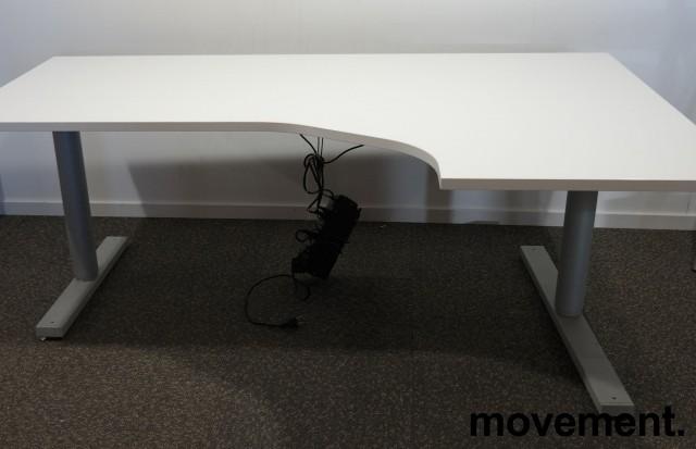 Skrivebord med elektrisk hevsenk i hvitt fra Martela, 180x120cm, høyreløsning, pent brukt understell med ny plate bilde 2