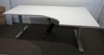 Skrivebord med elektrisk hevsenk i hvitt fra Martela, 180x120cm, høyreløsning, pent brukt understell med ny plate