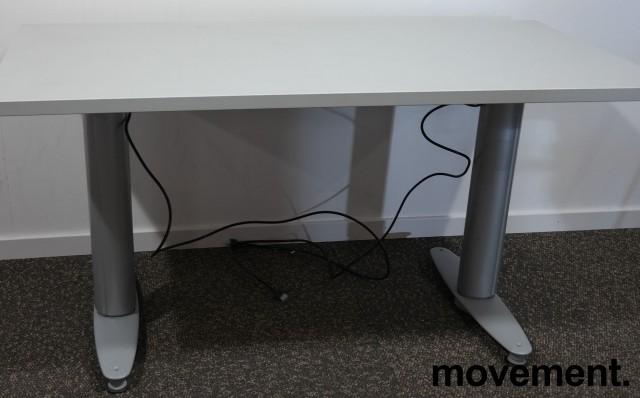 Kompakt skrivebord med elektrisk hevsenk fra Kinnarps i grått, 120x60cm, pent brukt bilde 2