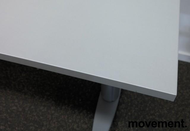 Kompakt skrivebord med elektrisk hevsenk fra Kinnarps i grått, 120x60cm, pent brukt bilde 3