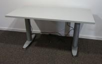 Kompakt skrivebord med elektrisk hevsenk fra Kinnarps i grått, 120x60cm, pent brukt