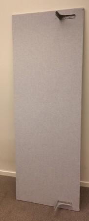 Bordskillevegg i lyst grått stoff fra Edsbyn, 180x65cm, pent brukt bilde 1