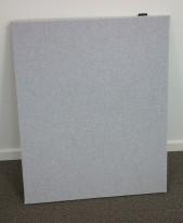 Bordskillevegg i lyst grått stoff fra Edsbyn, 80x65cm, pent brukt