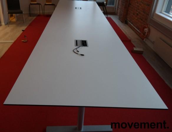 Møtebord i hvitt med understell i grått fra 420x120cm, kabelluke, passer 16-18 personer, pent brukt bilde 7