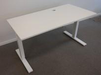 Lekkert skrivebord i hvitt fra SA Möbler, 140x70cm, pent brukt