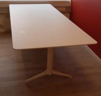 Møtebord i hvitt fra Foraform, modell Kvart, 240x100cm, pent brukt