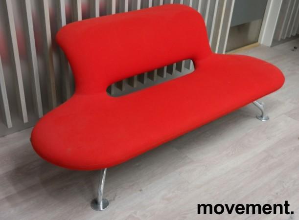 Lounge / sofa i rødt stoff fra Martela, modell: U-Turn, bredde 200cm, pent brukt bilde 2