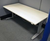 Kinnarps T-serie elektrisk hevsenk skrivebord 160x80cm i hvitt, pent brukt understell / ny plate