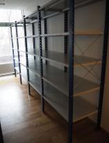 Lagerreol / stålreol i lys grå / blå, høyde: 205cm, 400cm bredde, 4 fag, 60cm dybde, pent brukt