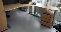 Kinnarps elektrisk hevsenk hjørneløsning skrivebord i bjerk, 180x180cm, sving på høyre side, T-serie, pent brukt