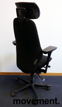 Kontorstol: Kinnarps Synchrone 8000 / Plus 8 i sort stoff, gel-armlener, nakkepute i sort skinn, sort kryss, høy rygg, pent brukt bilde 2