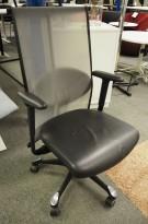 Håg H09, 9272 kontorstol / konferansestol i sort skinn / mesh-rygg, pent brukt