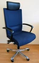Kinnarps Kapton Synchrone kontorstol, mørkeblått stoff, nakkepute i sort skinn, pent brukt