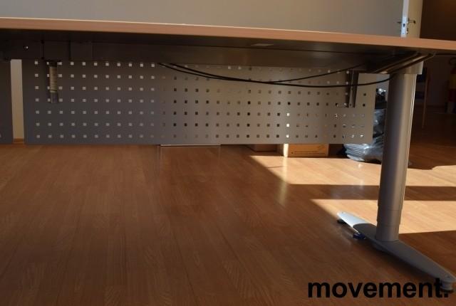Kinnarps elektrisk hevsenk hjørneløsning skrivebord i bøk, 220x240cm, T-serie, med fotskjuler, pent brukt bilde 4