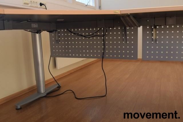 Kinnarps elektrisk hevsenk hjørneløsning skrivebord i bøk, 220x240cm, T-serie, med fotskjuler, pent brukt bilde 3
