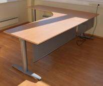 Kinnarps elektrisk hevsenk hjørneløsning skrivebord i bøk, 220x240cm, T-serie, med fotskjuler, pent brukt