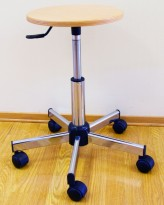 Arbeidsstol/behandlerstol/arbeidskrakk fra VWR, Sete i bøk, sittehøyde 42-55cm, pent brukt