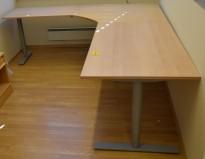 Kinnarps elektrisk hevsenk hjørneløsning skrivebord i bøk, 220x240cm, Oberon-serie, pent brukt