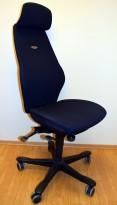 Kontorstol: Kinnarps Plus 8 i mørkt blått stoff, høy rygg, pent brukt