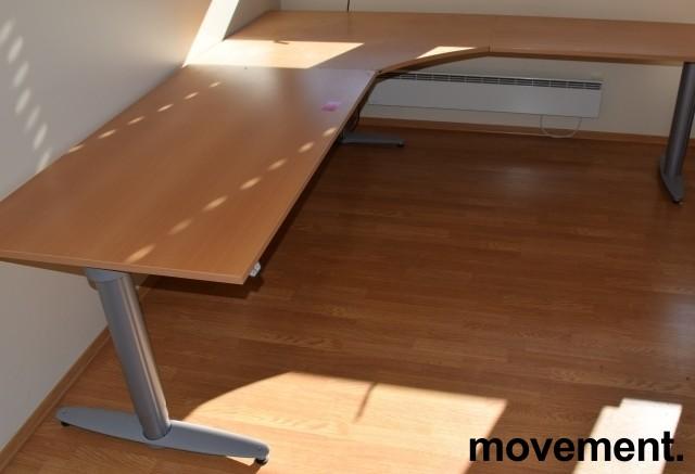Kinnarps elektrisk hevsenk hjørneløsning skrivebord i bøk, 240x220cm, T-serie, pent brukt bilde 2