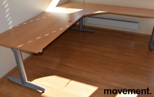 Kinnarps elektrisk hevsenk hjørneløsning skrivebord i bøk, 240x220cm, T-serie, pent brukt bilde 1