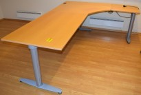 Kinnarps elektrisk hevsenk hjørneløsning skrivebord i bøk, 240x180cm, T-serie, pent brukt