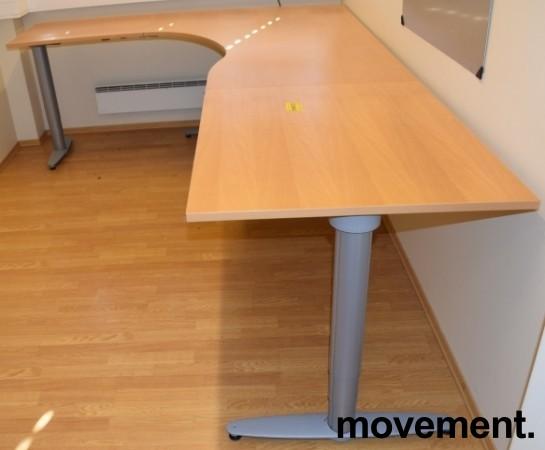 Kinnarps elektrisk hevsenk hjørneløsning skrivebord i bøk, 200x280cm, T-serie, pent brukt bilde 2