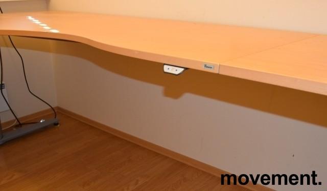 Kinnarps elektrisk hevsenk hjørneløsning skrivebord i bøk, 200x280cm, T-serie, pent brukt bilde 3