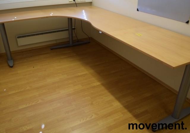 Kinnarps elektrisk hevsenk hjørneløsning skrivebord i bøk, 200x280cm, T-serie, pent brukt bilde 1