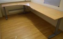 Kinnarps elektrisk hevsenk hjørneløsning skrivebord i bøk, 200x280cm, T-serie, pent brukt