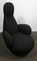 Lekker loungstol i sort stoff fra Blå Station, modell Oppo med armlene, pent brukt