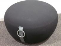 Loungemøbel, puff i sort stoff, Blå Station Pucca 2, Design: Stefan Borselius, pent brukt