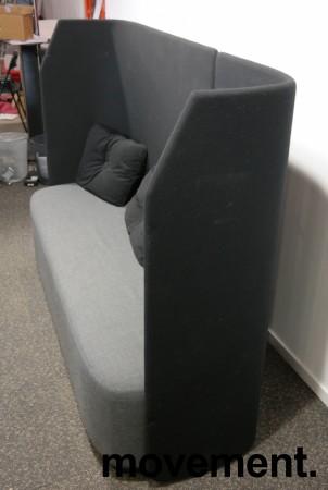 Lekker 3-seter alkovesofa med høy rygg fra Kinnarps, modell Fields, sort / grått stoff, pent brukt bilde 3