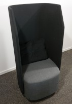 Lekker 1-seter alkovesofa / lenestol med høy rygg fra Kinnarps, modell Fields, sort / grått stoff, pent brukt