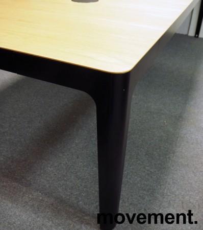 Møtebord / konferansebord i eik / sorte ben fra Materia, modell AVA, 300x110cm, passer 10-12personer, pent brukt bilde 4