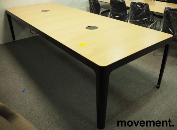 Møtebord / konferansebord i eik / sorte ben fra Materia, modell AVA, 300x110cm, passer 10-12personer, pent brukt bilde 2