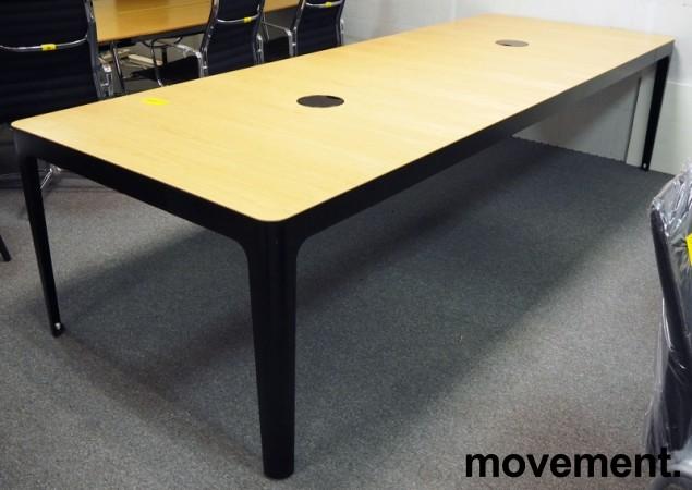 Møtebord / konferansebord i eik / sorte ben fra Materia, modell AVA, 300x110cm, passer 10-12personer, pent brukt bilde 1