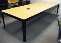 Møtebord / konferansebord i eik / sorte ben fra Materia, modell AVA, 300x110cm, passer 10-12personer, pent brukt