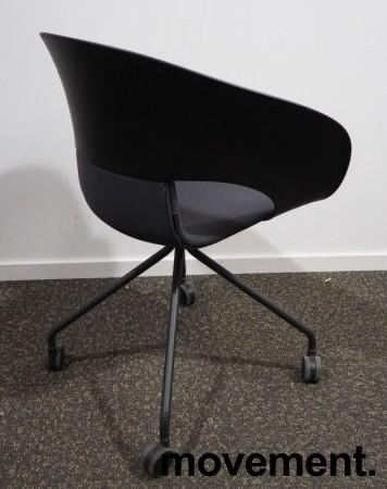 Lekker konferansestol på hjul fra Skandiform i sort / mørk grå, modell Deli, pent brukt bilde 2
