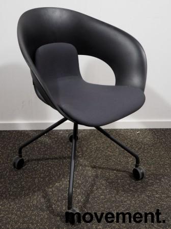 Lekker konferansestol på hjul fra Skandiform i sort / mørk grå, modell Deli, pent brukt bilde 1