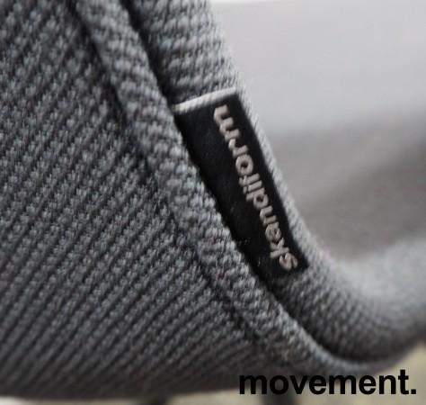 Lekker konferansestol på hjul fra Skandiform i sort / mørk grå, modell Deli, pent brukt bilde 3