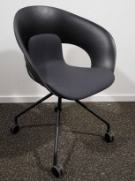 Lekker konferansestol på hjul fra Skandiform i sort / mørk grå, modell Deli, pent brukt