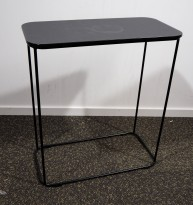Loungebord i sort / sortlakkert metall fra Kinnarps, modell Fields, 60x30cm, høyde 66cm, pent brukt