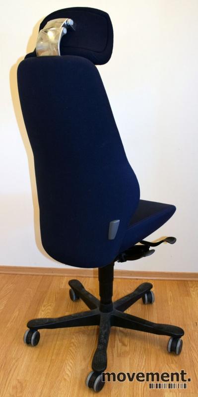 Kontorstol: Kinnarps Synchrone 8000 / Plus 8 i  mørkeblått stoff, nakkepute, sort kryss, høy rygg, pent brukt bilde 2