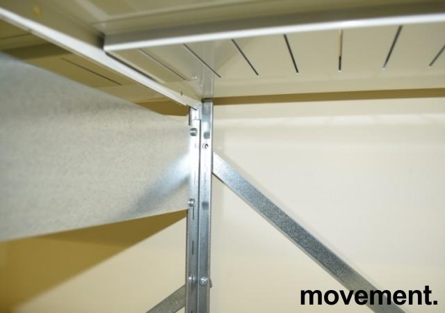 Stålhylle med 10stk sidegavler 209cm høyde og 54 stk 100x40cm hylleplater, pent brukt bilde 4