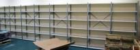 Stålhylle med 10stk sidegavler 209cm høyde og 54 stk 100x40cm hylleplater, pent brukt