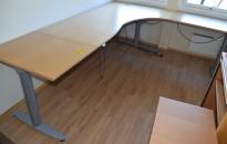Kinnarps elektrisk hevsenk hjørneløsning skrivebord i bøk, 260x220cm, T-serie, pent brukt, noe slitasje plater