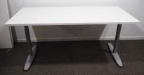 Kinnarps T-serie skrivebord i hvitt, 160x80cm, pent brukt understell med ny plate