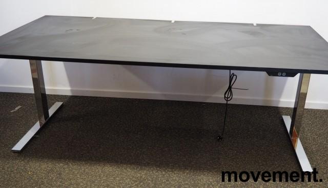 Skrivebord med elektrisk hevsenk fra Ragnars i sort linoleum / krom, 200x100cm, pent brukt bilde 1